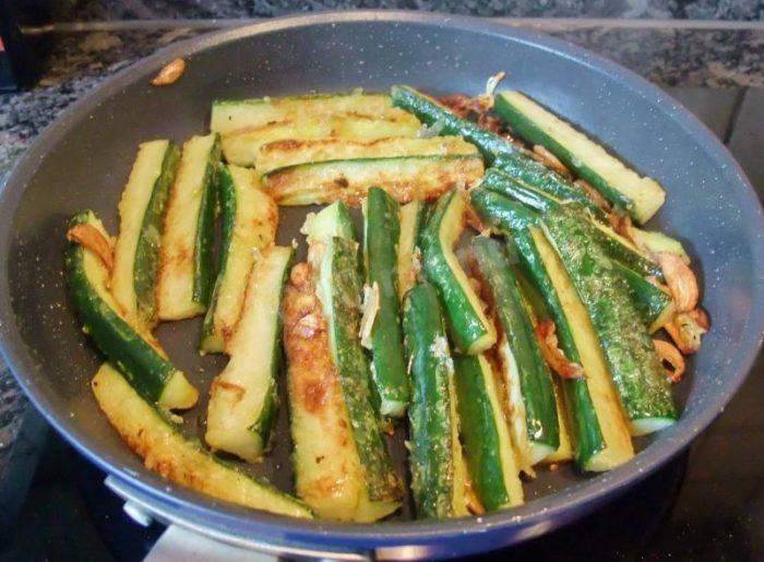 Хрустящие китайские огурцы на сковородке