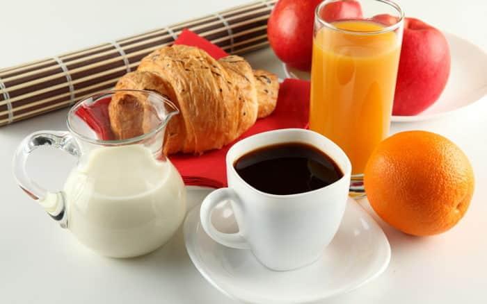 чашка кофе с круасаном или стакан свежевыжатого сока