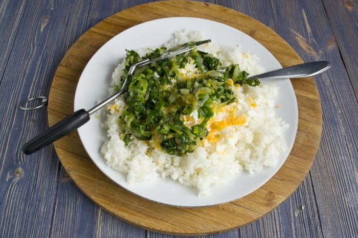 рис с луком и яйцом