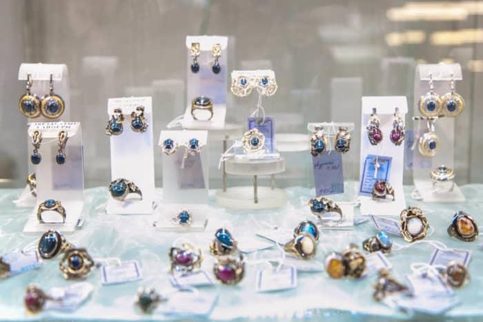Ювелирные украшения и предметы роскоши