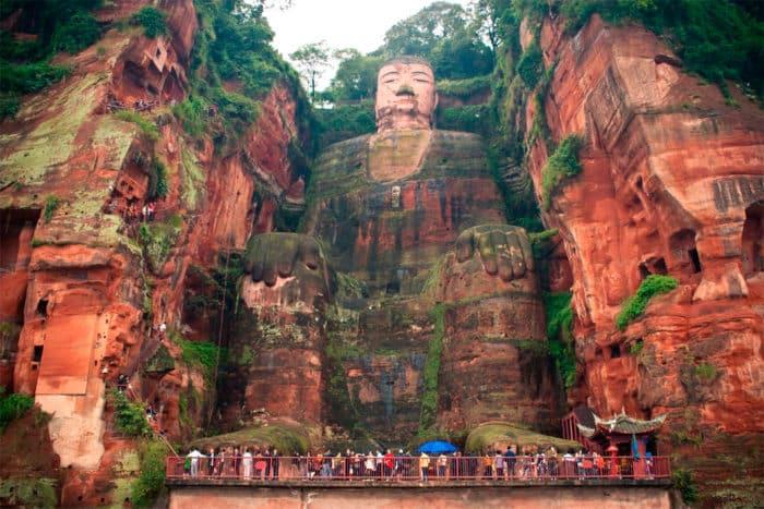 Высеченный из скалы Будда.
