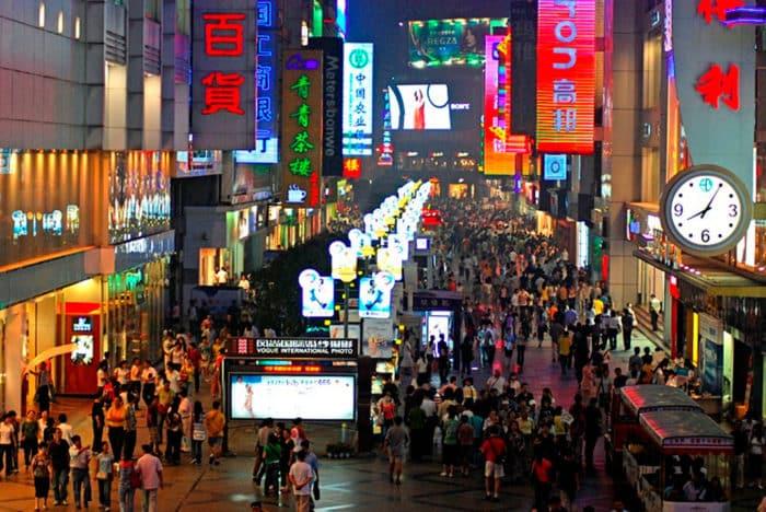 Торговая пешеходная улица Chunxi — отличное место отдыха и шопинга.