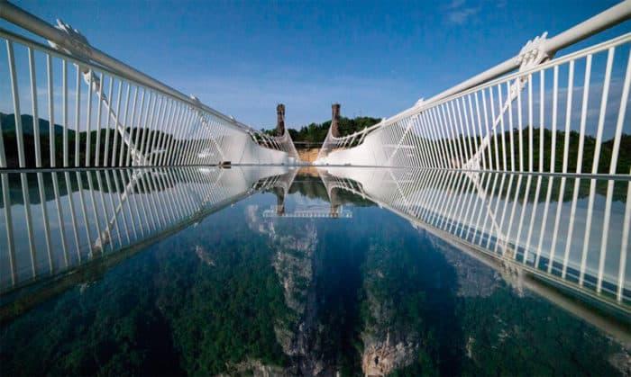 Знаменитый «Небесный мост» — яркая жемчужина экстремальных развлечений мирового класса.