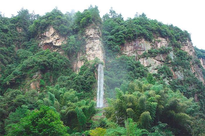Водопад успокаивает многочисленных туристов, настраивает путников на жизнеутверждающий лад.