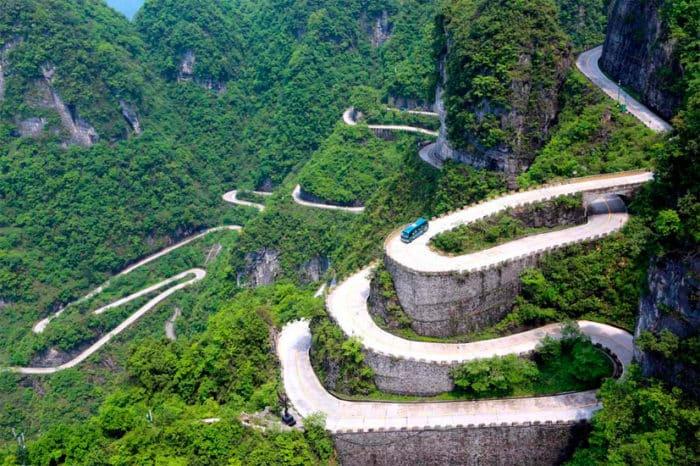 Горная дорога, серпантин «99 изгибов» — особенность парка Тяньмэнь