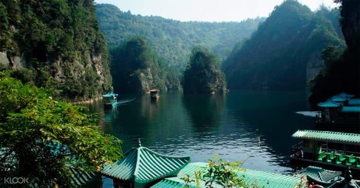Зеркально чистые воды озера Баофэн.