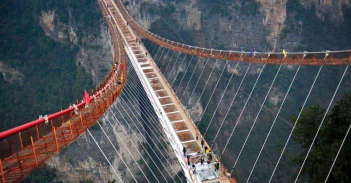 Новый качающийся прозрачный мост находится в Китае.