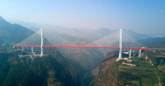 Связывающий провинции Чжэцзян и Юньнань вантовый мост Дугэ.